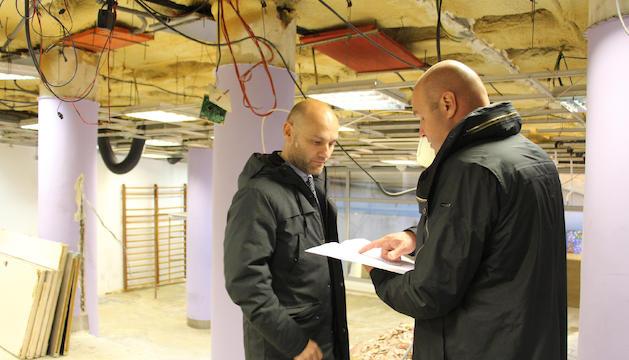 El conseller d'Esports, Jordi Vilanova i el cònsol menor d'Escaldes-Engordany, Marc Calvet, consultant els plànols de l'obra.