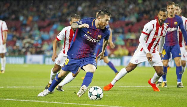 Messi controlant l'esfèrica, en el partit d'ahir al Camp Nou.