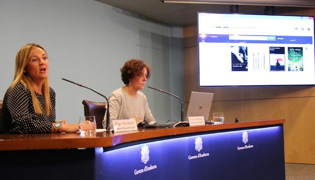 La ministra de Cultura, Joventut i Esports, Olga Gelabert, i la cap d'Àrea de Lectura Pública i Biblioteques, Inés Sanchez, presenten el nou servei de préstec digital.
