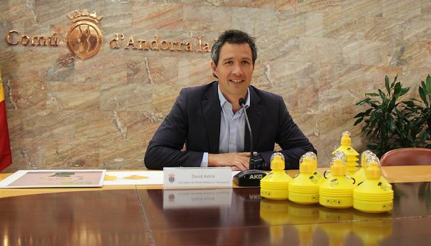 El conseller de Medi Ambient i Innovació del comú d'Andorra la Vella, David Astrié, presentant l'acció per donar una ampolla per ruixar les miccions als propietaris de gossos.