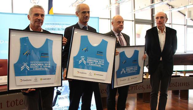 El president de la FAE, Albert Coma, el cap de Govern, Toni Martí, el cònsol de Canillo, Josep Mandicó, i el director del comitè de les finals, Conrad Blanch, que els ha fet entrega d'un dorsal de la competició.