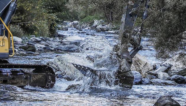 Maquinària treballant al riu pel ràfting,
