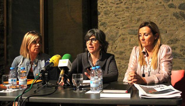 La directora del departament de Promoció Cultural i Política Lingüística, Montserrat Planelles; la responsable de Museus i Monuments, Marta Planas, i la ministra de Cultura, Joventut i Esports, Olga Gelabert, presenten el Pla estratègic dels museus d'Andorra.