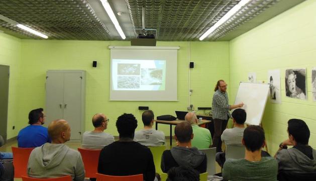 Un moment de la xerrada sobre micologia que ha ofert Manel Niell als interns del Centre Penitenciari de la Comella.