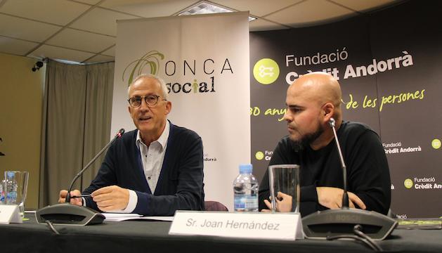 El director artístic de la Fundació ONCA, Gerard Claret i el nou coordinador del programa socieducatiu, Joan Hernández, durant la roda de premsa que s'ha fet avui a la seu de Crèdit Andorrà.