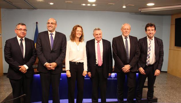 La ministra de Medi Ambient, Sílvía Calvó, amb els participants en l'elaboració i signatura del protocol d'acord.