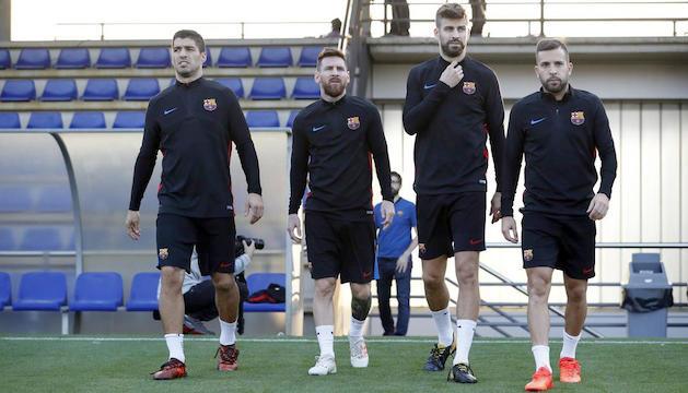 Luis Suárez, Leo Messi, Gerard Piqué i Jordi Alba, entrenant ahir.