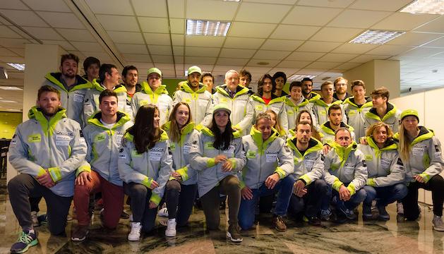 Els components de l'equip d'esquí alpí de la FAE amb els tècnics i directius.