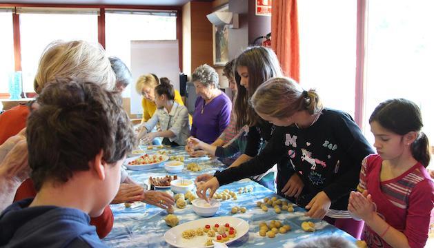 Un moment del taller de panellets en què han pres part joves i padrins d'Ordino.