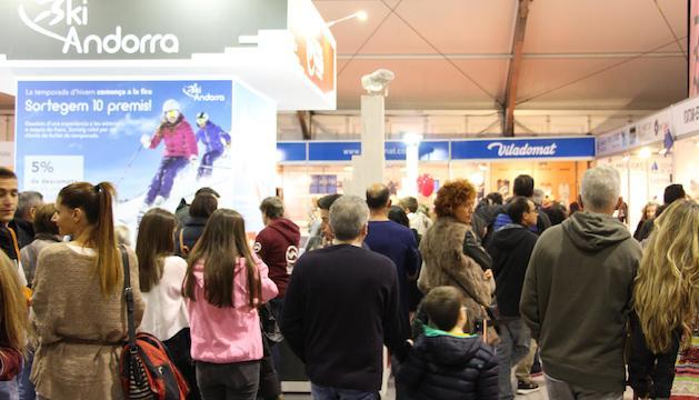 Cues de visitants per comprar el forfets als estands de les estacions a la Fira d'Andorra la Vella.