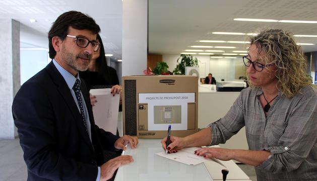 El ministre portaveu, Jordi Cinca, entra a registre el projecte de pressupostos 2018.