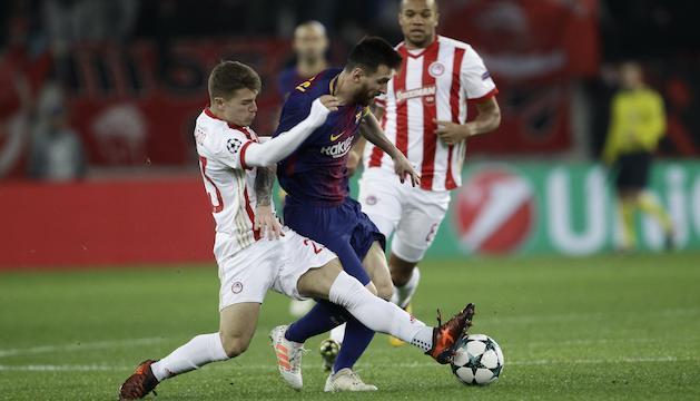 Leonardo Koutris intenta robar la pilota a Leo Messi al matx d'ahir.