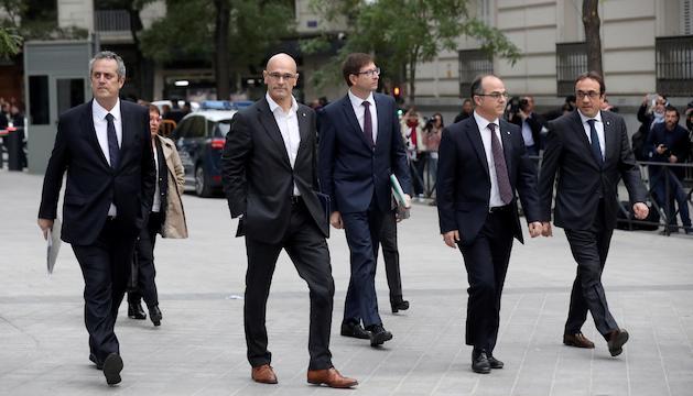 Els ex-consellers catalans adreçant-se a l'Audiència Nacional, ahir.