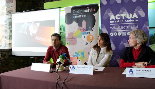 El director de l'OBSA i cap d'àrea de Medi Físic del CENMA, Marc Pons, la cònsol menor d'Ordino, Gemma Riba, i la directora d'Andorra Desenvolupament i Inversió, Judit Hidalgo, presenten el projecte 'La casa de la muntanya'.