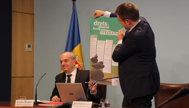 El ministre de Salut, Carles Álvarez i el secretari d'Estat de Salut, Joan Antoni León, mostren el cartell de la campanya.