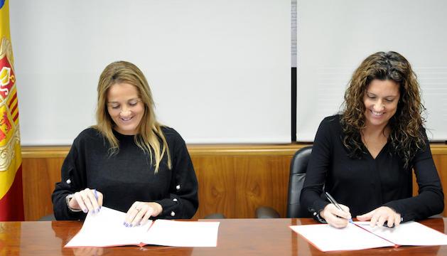 La ministra de Cultura, Joventut i Esports, Olga Gelabert, i la degana del Col·legi oficial d'arquitectes d'Andorra, Zaira Nadal, han signat aquest dilluns el conveni.