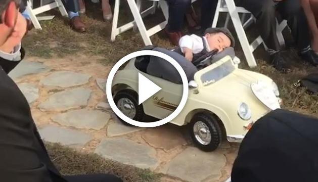 Un nen es queda adormit mentre porta els anells a l'altar.