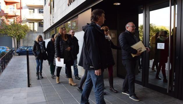 Els docents de l'escola Albert Vives a l'arribada als jutjats de la Seu d'Urgell, ahir.