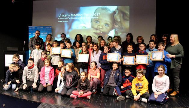 Foto de família amb tots els representants dels set comuns i infants de l'escola de Sant Julià de Lòria.