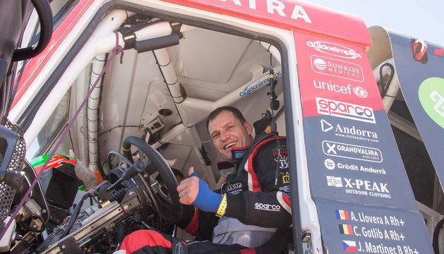 Albert Llovera amb el seu camió de competició del passat Dakar