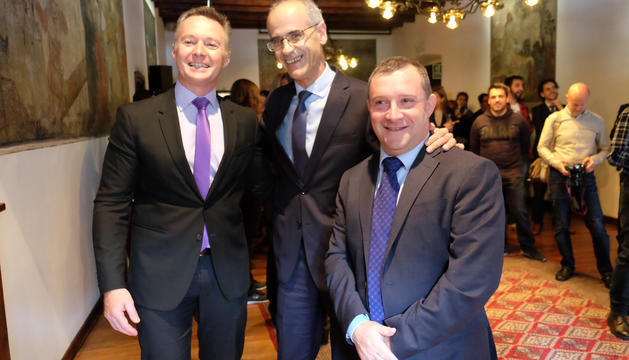 El cap de Govern fotografiant-se amb els consellers liberals Ferran Costa i Josep Majoral mentre Judith Pallarés els feia la foto.