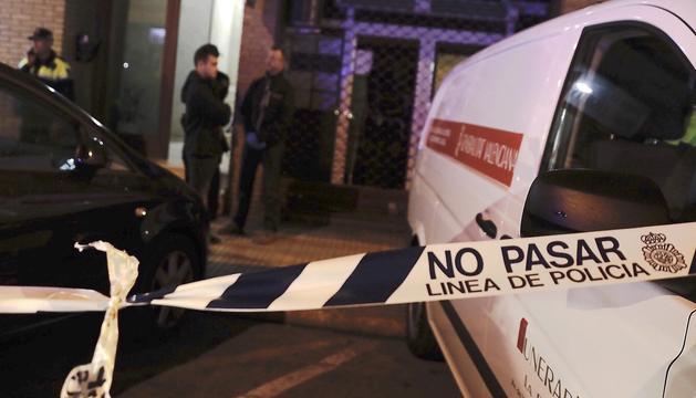 Cordó policial col·locat davant la casa on van passar els fets.
