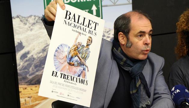 Ignacio Iturrarte, director de Goldberg Management i productor de la gira, ensenya el cartell de l'actuació.