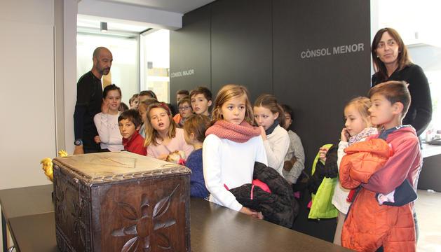 Gemma Riba dirigeix la visita de l'escola andorrana.