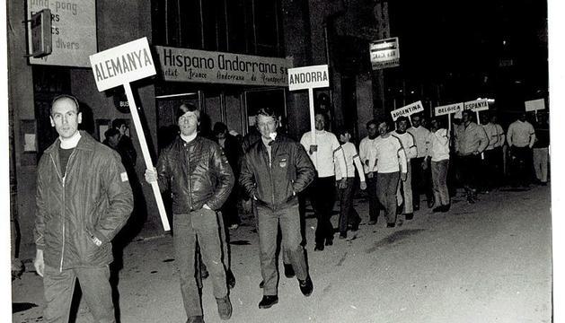 Desfilada dels equips participants.