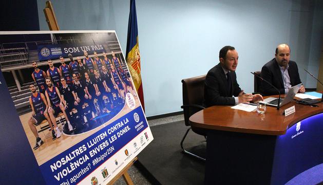 Un dels cartells de la campanya amb el ministre d'Afers Socials, Justícia i Interior, Xavier Espot, i el president del MoraBanc, Gorka Aixàs, de fons.