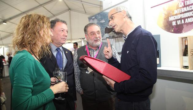 Toni Martí conversa amb la ministra Sílvia Calvó, Josep Miquel Vila i el productor Carles Verdaguer.