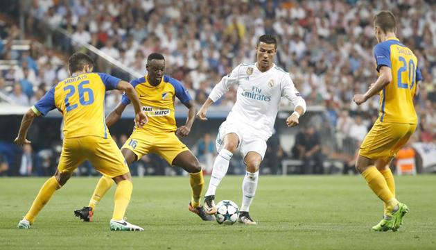 Cristiano Ronaldo envoltat de jugadors de l'Apoel al partit disputat al Santiago Bernabéu.