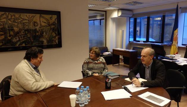 El ministre de Salut, Carles Álvarez Marfany, durant una reunió amb el president de l'Associació andorrana contra el càncer, Josep Saravia.