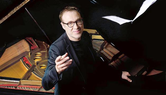 El pianista és una figura popular al seu país, amb programes en ràdio i televisió.