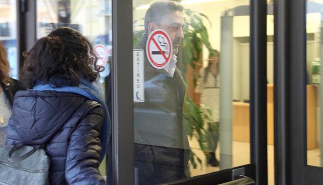 Josep Vila entrant a la seu de la Justícia ahir al matí per a la celebració del judici.
