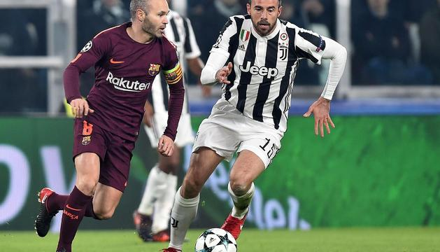 El capità i migcampista del Barça, Andrés Iniesta, amb l'esfèric durant l'enfrontament d'ahir.