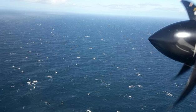 Imatge aèria des d'un dels avions que participen en la recerca del submarí.