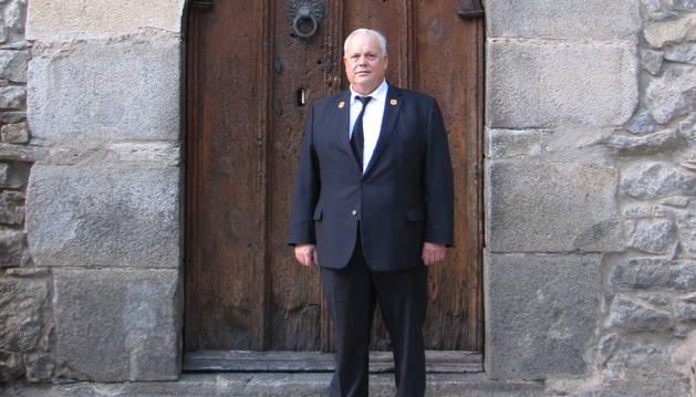 El Ramon Rich davant la porta de la Casa de la Vall.