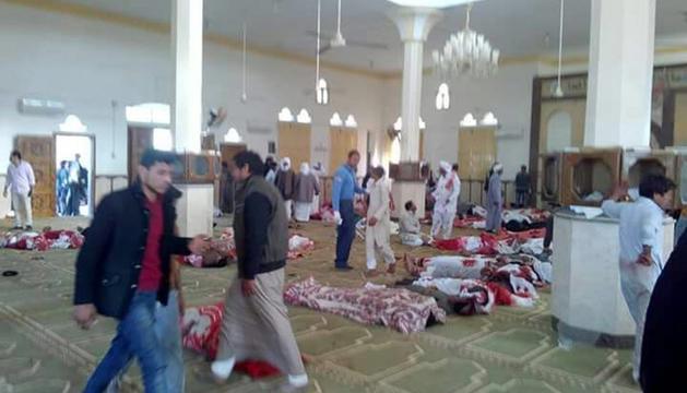 Diverses persones romanen al costat dels cossos sense vida de les víctimes, a l'interior de la mesquita.