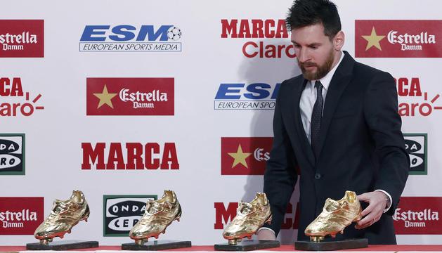 Leo Messi, ahir amb les seves quatre Botes d'Or.