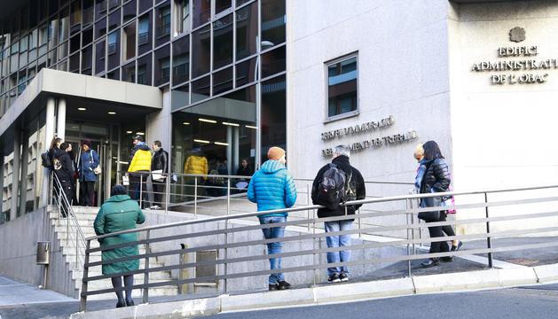 Cues de futurs treballadors davant l'edifici d'Immigració, aquesta setmana.