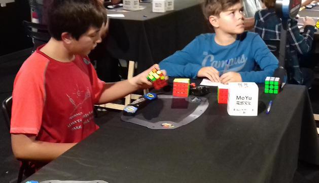 Dos participants del segon torneig del cub de Rubik.