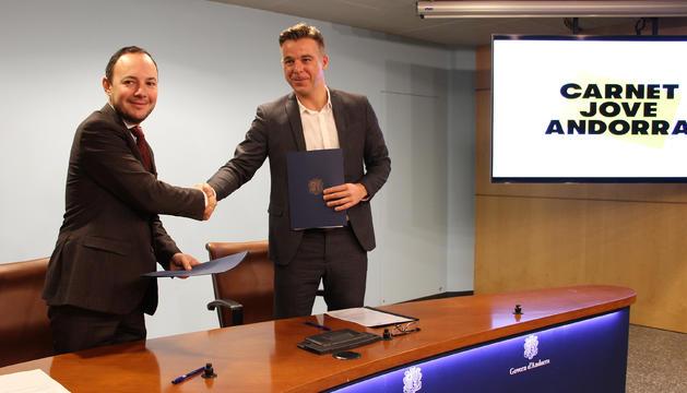 Un moment de la signatura de l'acord entre el ministre d'Afers Socials, Justícia i Interior, Xavier Espot, i el president de l'associació Carnet Jove Andorra, Marc Pons, avui al matí.