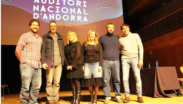 D'esquerra a dreta, els músics Lluís Cartes i Oriol Vilella, la directora i la ministra de Cultura, Montserrat Planelles i Olga Gelabert, respectivament, i els músics Toni Gibert i Patxi Leiva, aquest dilluns a l'Auditori Nacional, a Ordino.