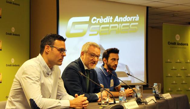 El responsable d'organització de les Crèdit Andorrà GSeries, Àlex Bercianos, el director de Màrqueting de Crèdit Andorrà, Joan R. Mas, i el pilot Edgar Montellà presenten la competició.