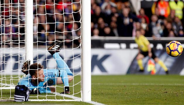 Neto refusa la pilota del gol fantasma de Messi.
