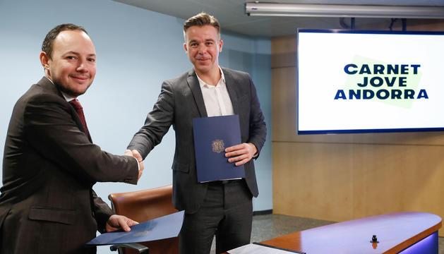 Encaixada de mans entre el ministre Xavier Espot i Marc Pons, ahir.