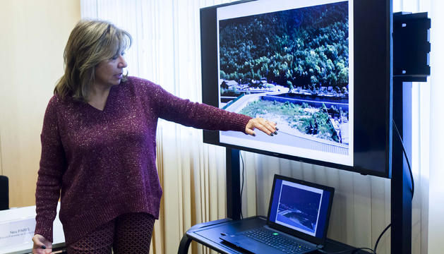 La cònsol major d'Andorra la Vella, Conxita Marsol, mostra la primera fase del parc fluvial de Santa Coloma.