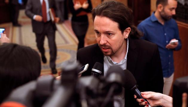 Pablo Iglesias atén els periodistes als passadissos del Congrés.