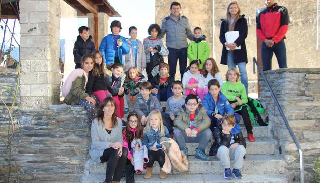 Els cònsols amb els alumnes que els van visitar, ahir.